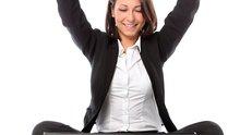 Geschäftsfrau sitzt jubelnd vor ihrem Notebook