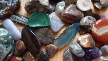 verschiedene Steine auf Holzuntergrund