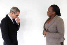 Mann und Frau stehen sich gegenüber