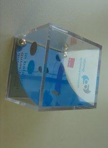 Plastikwürfel, der ein Geduldsspiel mit zwei Kugeln beinhaltet, die in zwei Löcher auf einer Schräge zu bugsieren sind