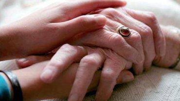 junge und alte Hände, die miteinander verschränkt sind