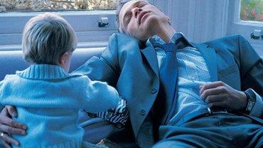 schlafender Mann und waches Kind