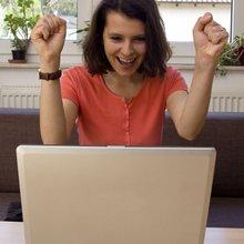 Frau freut sich am Computer