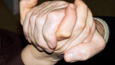 Zwei Hände halten einander