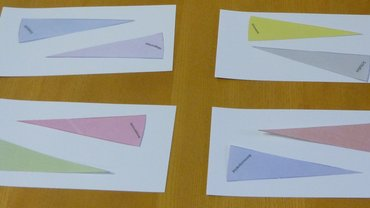 papiernde Dreiecke, die jeweils eine Zeitstunde darstellen