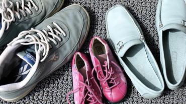 Schuhwerk einer jungen Familie