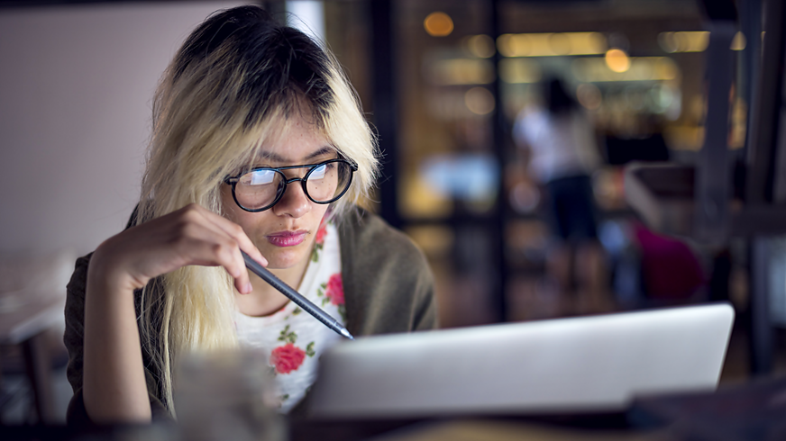 Frau konzentriert vor einem Laptop