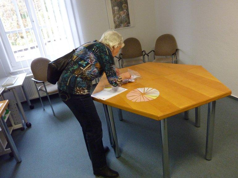Teilnehmerin bei der Zusammenstellung ihres Tages mit vorgefertigten Stundendreiecken