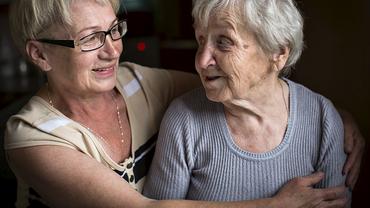 Mutter Tochter Seniorin Pflege Angehörige Fürsorge Familie