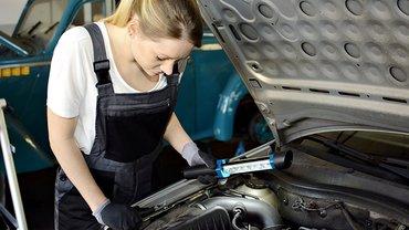 KfZ-Mechanikerin bei der Arbeit