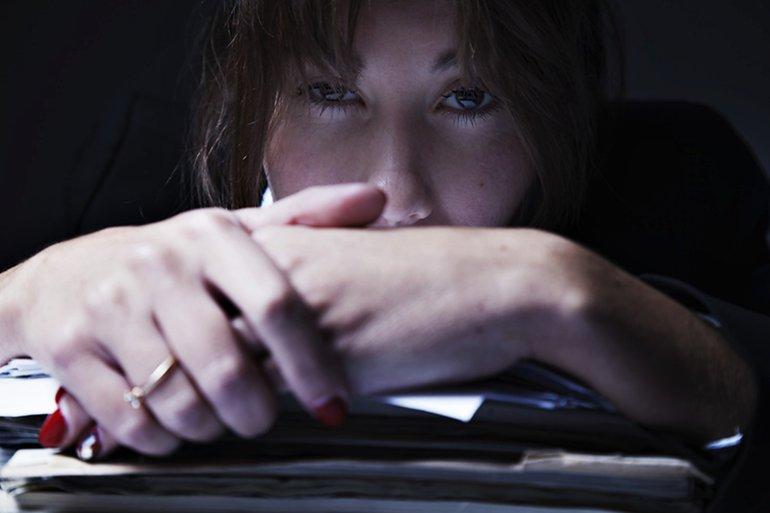 Schreibtisch Akten Frau
